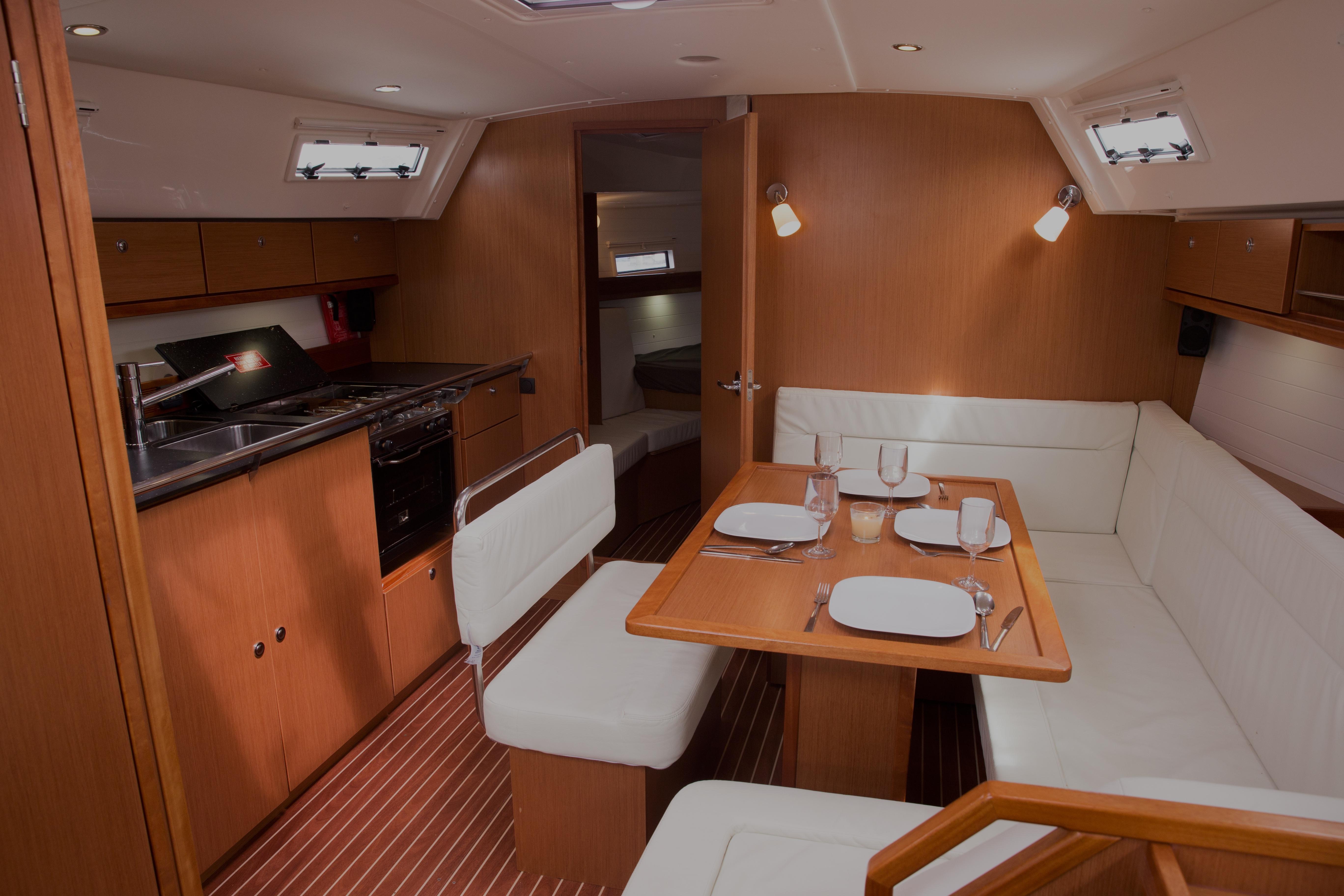 Boat Charter Auckland - QT-Saloonweb